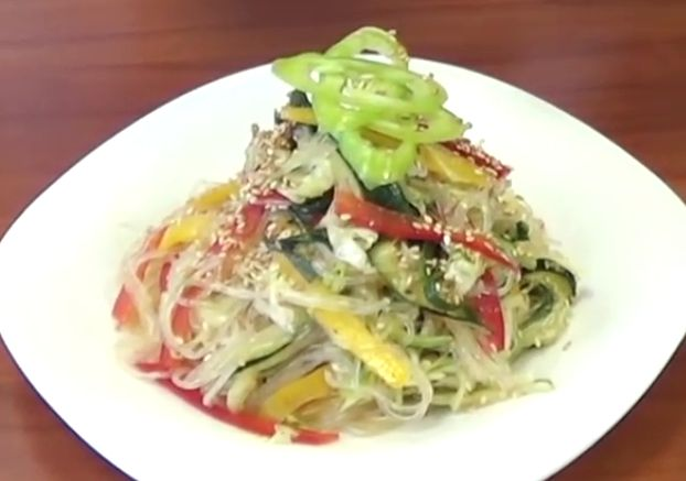 salat-funchoza-s-ovoschami-retsept-v-domashnih-usloviyah-2