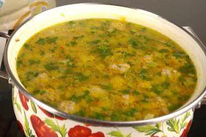 Готовый суп с фрикадельками, рисом и картошкой