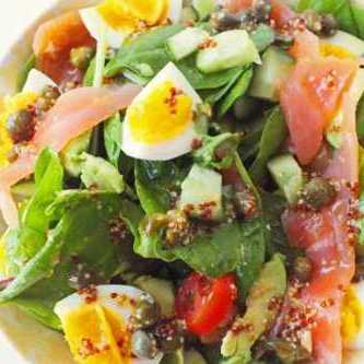 салат с авокадо и красной рыбой и яйцом