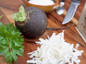 Миниатюра к статье Простой и вкусный салат из черной редьки — 10+ лучших рецептов с фото
