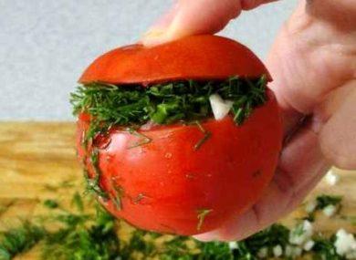 Миниатюра к статье Малосольные помидоры с чесноком и зеленью: 4 быстрых рецепта от 8 до 24 часов