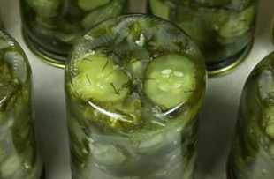 Миниатюра к статье Как закрыть на зиму салат из огурцов с луком и растительным маслом. Просто до гениальности!