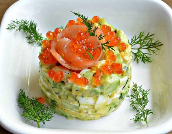 салат с авокадо и красной рыбы с яйцом и луком