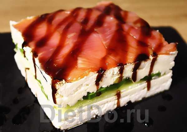 слоеный салат с авокадо и красной рыбой с творогом