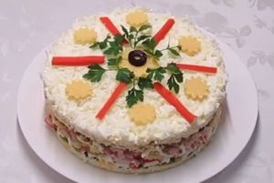 Миниатюра к статье «Снежная королева»: любопытный слоеный салат с ветчиной и крабовыми палочками
