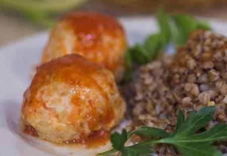 Миниатюра к статье Тефтели с рисом в томатном соусе: 5 рецептов + лучшие диетические варианты