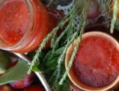Миниатюра к статье Кетчуп из слив и помидор на зиму «Пальчики оближешь»: 7 рецептов в домашних условиях