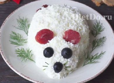 салат в виде крысы с ушами из бекона
