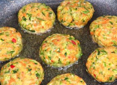 Миниатюра к статье 5 рецептов оладий из кабачков с сыром и чесноком на сковороде
