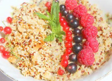 Миниатюра к статье Каша из киноа: 15+ простых и вкусных рецептов на молоке, воде, с фруктами и овощами