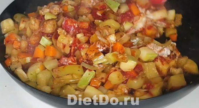 рагу из кабачков и баклажанов и картофеля на сковороде