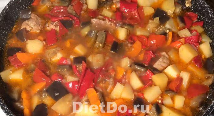 рагу из кабачков и баклажанов и картофеля с курицей на сковороде